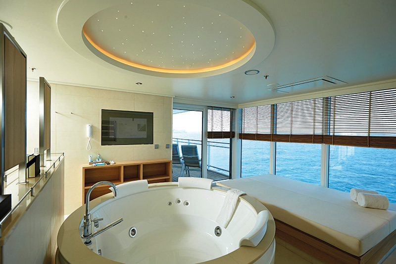 Vacationsmag_Europa-2_13_G_Owner_Suite__Whirlpool_Daybed_HLKF_MS-EUROPA-2_Owner-Suite_5654