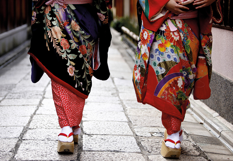 Vacationsmag_Kyoto_Two-Maiko's-wearing-the-colourful-traditional-kimonos_0716