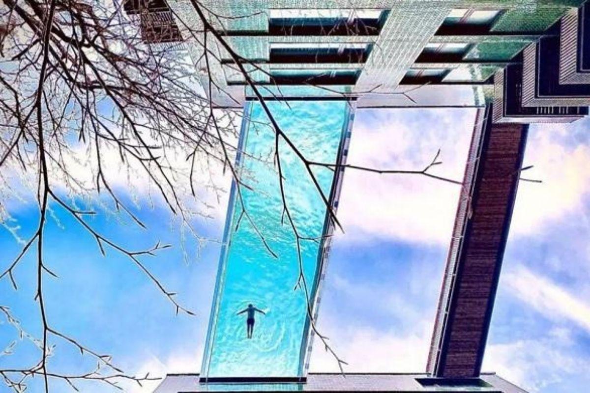 Increíble nueva piscina en el cielo con fondo de cristal que hace que los nadadores se sientan como si estuvieran volando