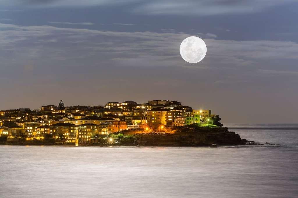 Supermoon over Bondi headland © Canva